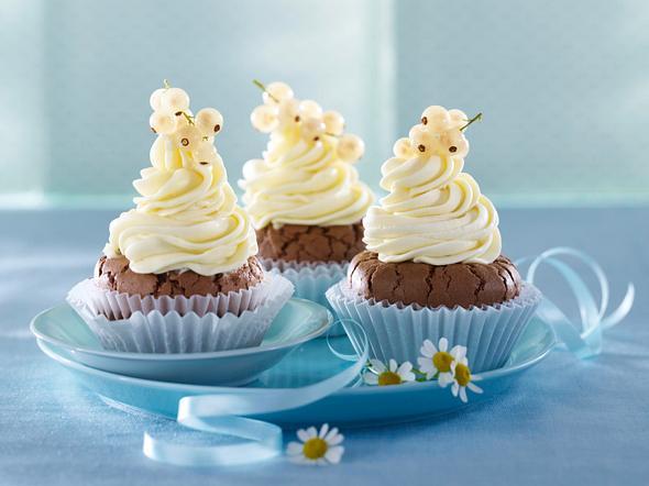 Schoko-Cupcakes mit weißer Schokoladen-Johannisbeer-Creme (vier mal anders) Rezept