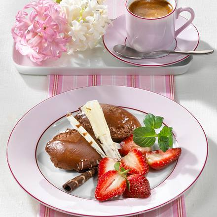 schoko mousse nocken mit erdbeeren rezept chefkoch rezepte auf kochen backen und. Black Bedroom Furniture Sets. Home Design Ideas