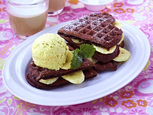 Schoko-Waffelsandwich mit Bananeneis und Minze Rezept