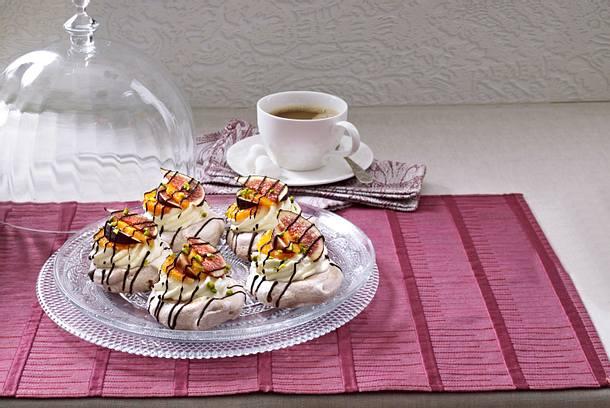 Schokoladen-Baiserschalen mit Früchten Rezept