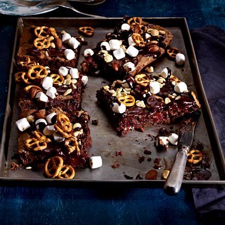 Schokoladen-Brownie mit Himbeeren, Salzbrezeln und Marshmallows Rezept