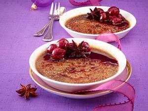 Schokoladen Crème brûlée mit Glühwein-Kirschen Rezept