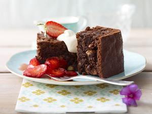 Schokoladenkuchen mit Sahne und Erdbeeren Rezept
