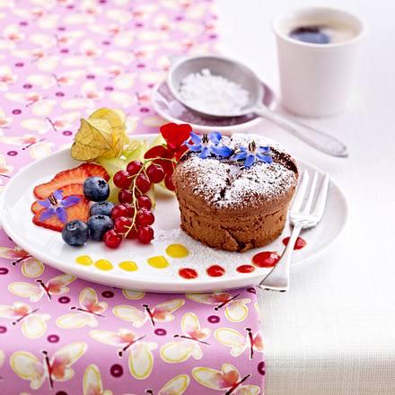 Schokoladensoufflé mit exotischen Früchten und essbaren Blumen Rezept