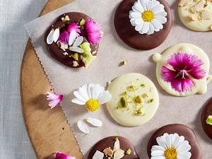 Schokotaler mit essbaren Blüten Rezept