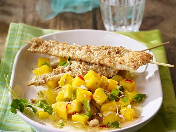 Schollenfilet-Satéspieße in Sesammantel auf Mango-Sprossen-Salat mit Ingwer, Koriander und Chili Rezept
