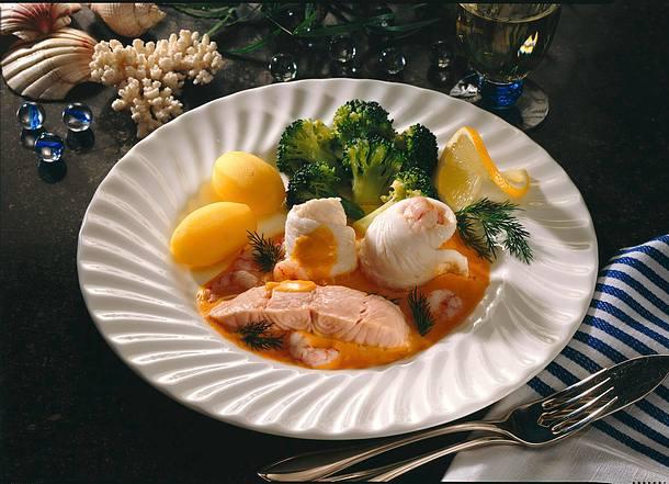 Schollenröllchen, Lachsfilet und Broccoligemüse in Krabben-Sahne-Soße Rezept