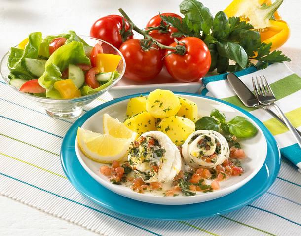 Schollenröllchen mit Tomatenfüllung und Salat Rezept
