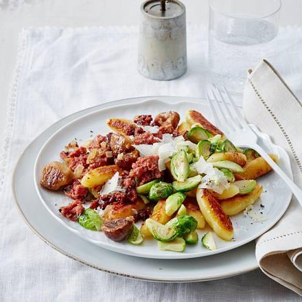 Schupfnudeln mit Rosenkohl, Maronen und Corned beef Rezept