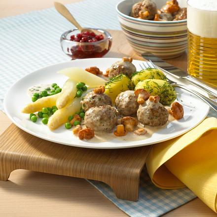 Schwedische Fleischklößchen mit Dill-Kartoffeln und Erbsen Rezept