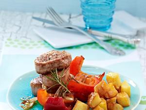 Schweine-Medaillons mit Paprikagemüse und Röstkartoffeln Rezept