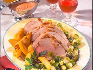 Schweinebraten mit Mandelkruste, Röstkartoffeln und Rosenkohl Rezept