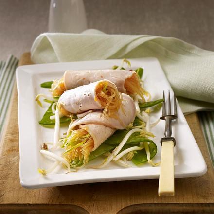 Schweinebratenröllchen mit marinierten Glasnudeln und Zuckerschotensalat Rezept