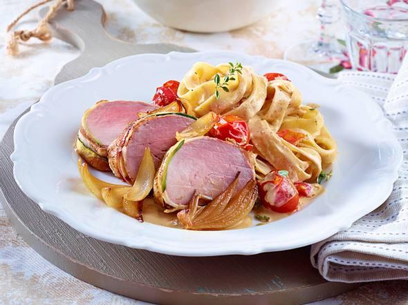 Schweinefilet im Speck-Zucchini-Mantel zu cremigen Bandnudeln Rezept