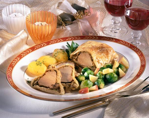 Schweinefilet à la Wellington im Blätterteig zu Rosenkohl-Apfel-Gemüse und kleinen Butterkartoffeln Rezept