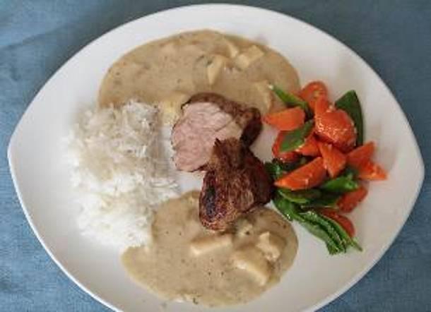 Schweinefilet mit Calvadossahnesoße, Zuckerschoten, Möhren und Reis Rezept