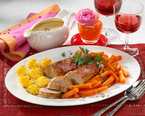 Schweinefilet mit Pfeffersoße, Herzoginkartoffeln und glasierten Möhren Rezept