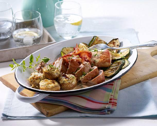 Schweinefilets mit gefüllten Champignons und gegrillten Zucchini Rezept