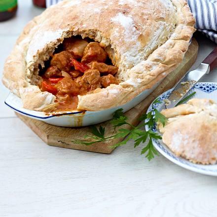Schweinegulasch mit Brotkruste Rezept