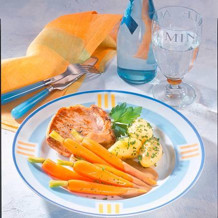 Schweinekotelett mit Salzkartoffeln und Möhren Rezept