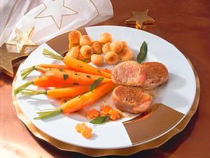 Schweinemedaillons mit Salbeimöhrchen Rezept