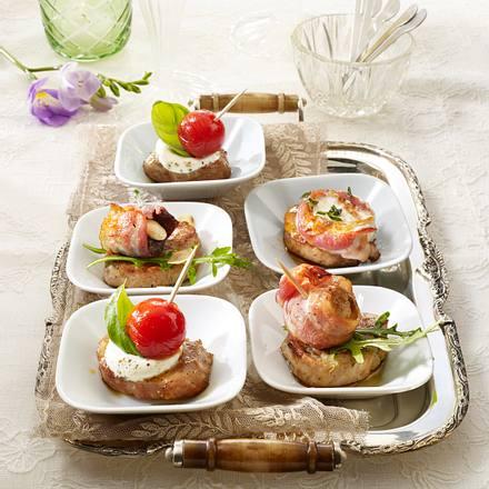Schweinemedaillons mit Speckpflaumen, Speckchampignons, Ziegenfrischkäse und Tomaten Rezept