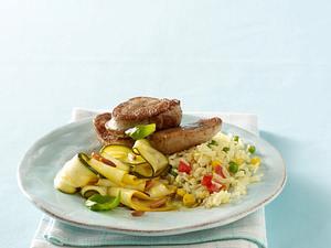 Schweinemedaillons zu Zucchinisalat und buntem Reis Rezept