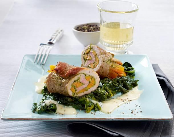 Schweineröllchen mit Möhren und Pesto auf Blattspinat und Weißweinsoße Rezept