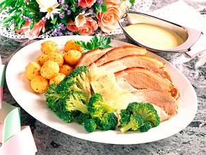 Schweinerücken mit Béarnaise, Sesambällchen und Broccoli Rezept