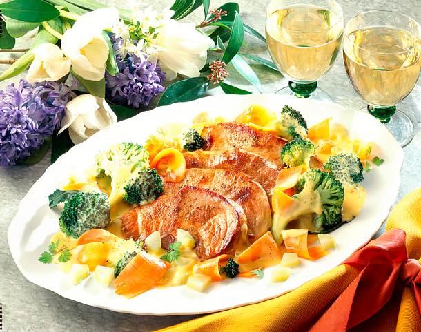 Schweineschnitzel auf Gemüse mit Kerbel-Hollandais Rezept