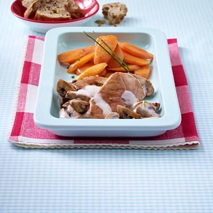 Schweineschnitzel mit leichtem Pilzrahm und Schmormöhren Rezept