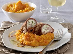 Schweineschnitzelröllchen gefüllt mit Kräuterfrischkäse und Bacon zu Steckrüben-Möhren-Püree und Röstzwiebeln Rezept