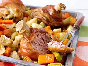 Schweinshaxen auf Röstgemüse Rezept