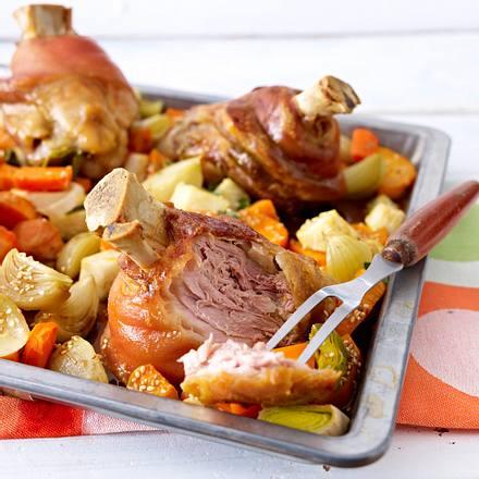 Schweinshaxen auf Schmorgemüse Rezept