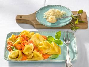 Selbstgemachte Ricotta-Tortellini mit Tomaten-Orangensoße Rezept