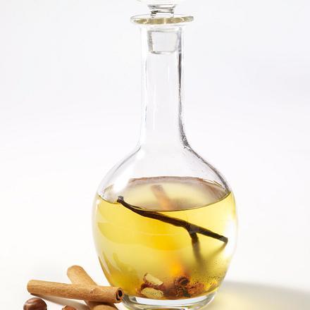 Selbstgemachtes Haselnuss-Öl mit Vanille, Honig und Zimt Rezept