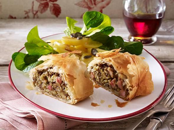 Selchfleisch-Linsen-Strudel mit Kartoffel-Vogerlsalat Rezept