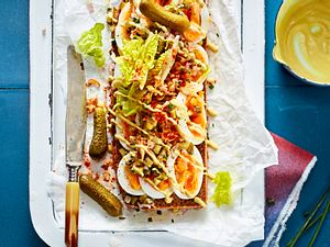 Senfei-Smørrebrød mit Gewürzgurken-Salsa Rezept