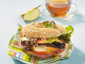 Sesam-Bagel mit Salami, Apfel und Senfcreme Rezept