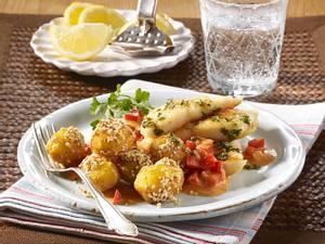 Sesam-Kartoffelbällchen mit Paprikarahm zu Pangasiusfilet Rezept