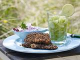 Sesam-Knusper-Schnitzel mit Gurken-Caipirinha Rezept
