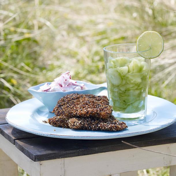 Sesam-Knusperschnitzel mit Gurken-Caipirinha Rezept