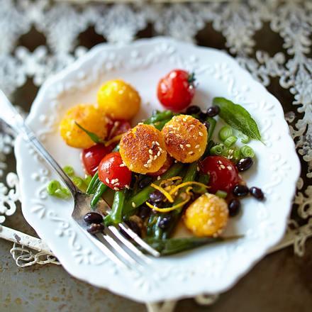 Sesam-Orangen-Polenta-Bällchen auf Bohnen-Tomaten-Gemüse Rezept