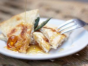 Sfakianés Pítes (süße Pfannkuchen mit Schafskäse) Rezept