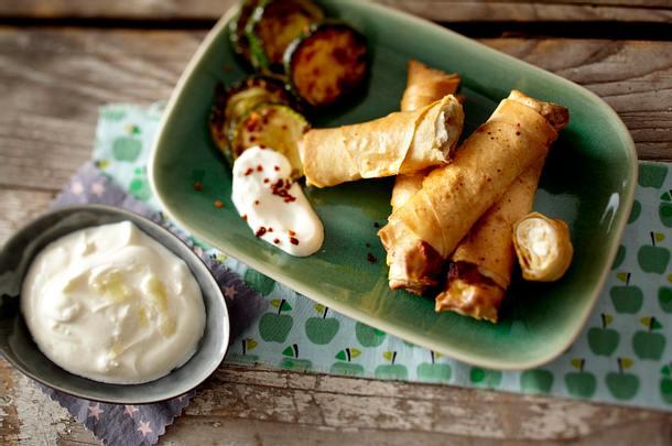 Sigara böreği (Filo-Feta-Zigarren) mit gebratener Zucchini und Knoblauchjoghurt Rezept
