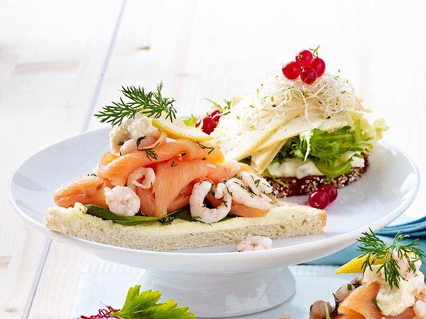 Smørrebrød (dänische Brothappen) mit Lachs und Garnelen Rezept