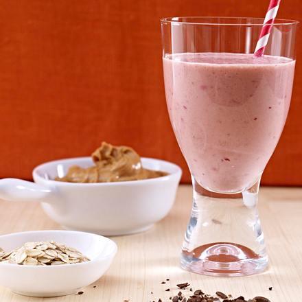 Smoothie aus Erdbeeren, Kirschen, Mandelmilch und Joghurt Rezept