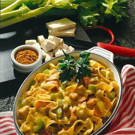Sojanudeln in Currysahne mit knusprigem Tofu Rezept