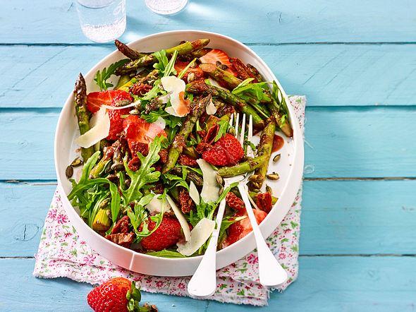 Sommer to go: Spargel-Erdbeer-Salat Rezept
