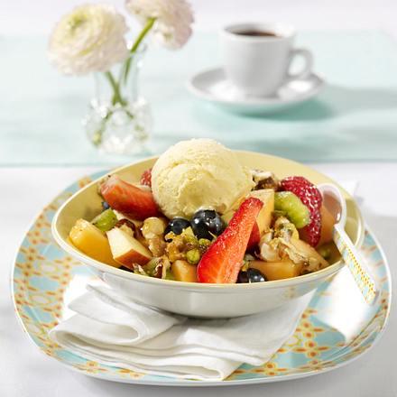 Sommerlicher Obstsalat mit karamellisierten Nüssen und Vanilleeis Rezept